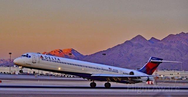 McDonellsDouaglas MD-88 retire from the LaGuardia Sky