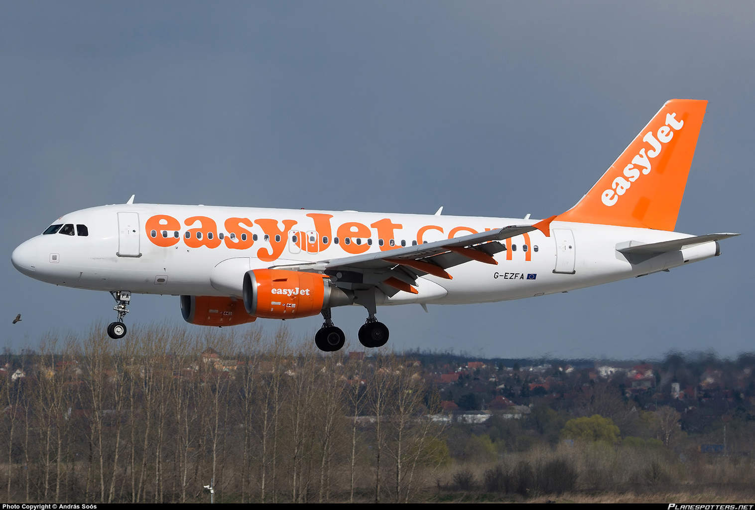 easyJet crew retracts flaps instead of gears