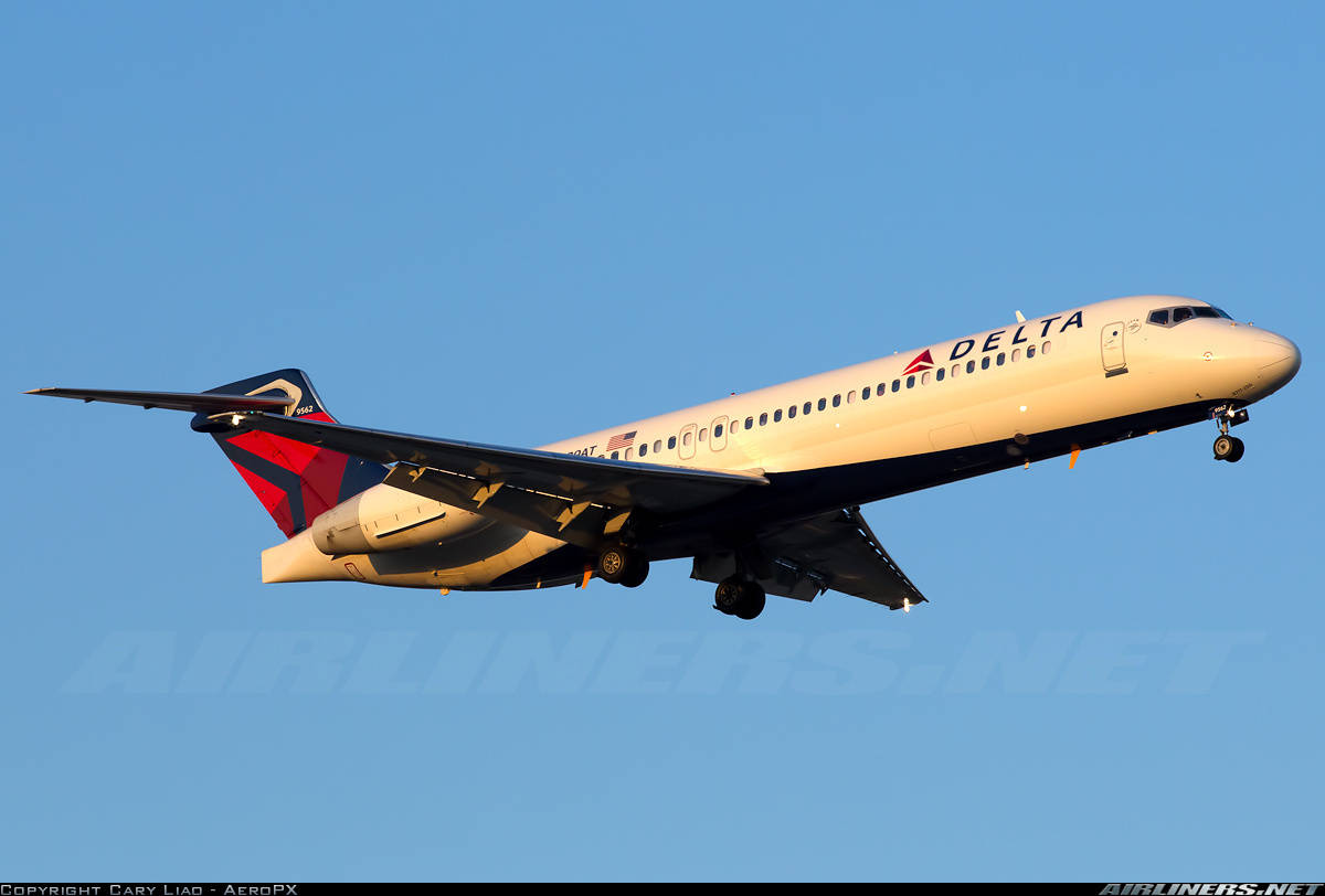 Delta Air Lines 717 (N939AT) looses engine cowling inflight