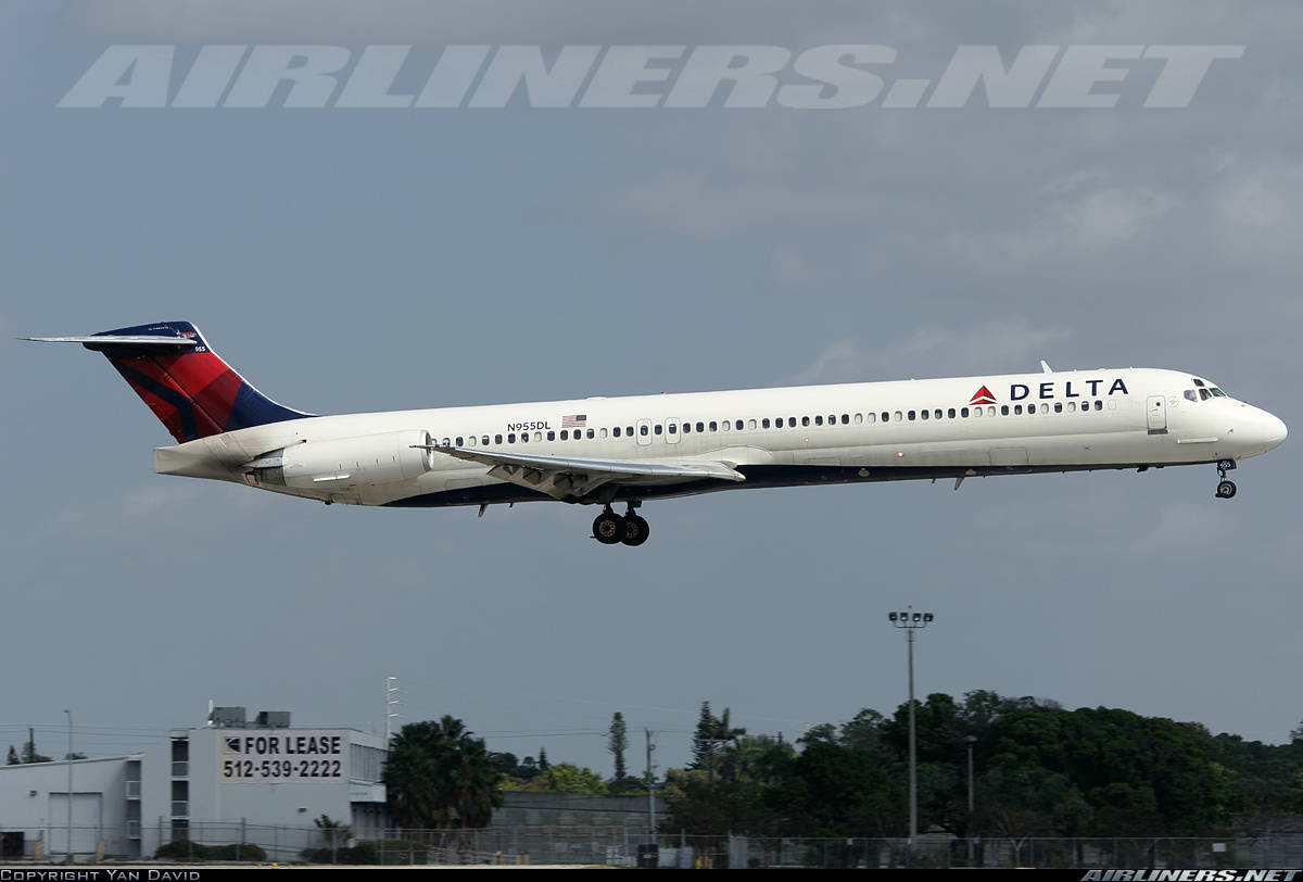 Delta Air Lines MD-88 shuts engine off during climb out