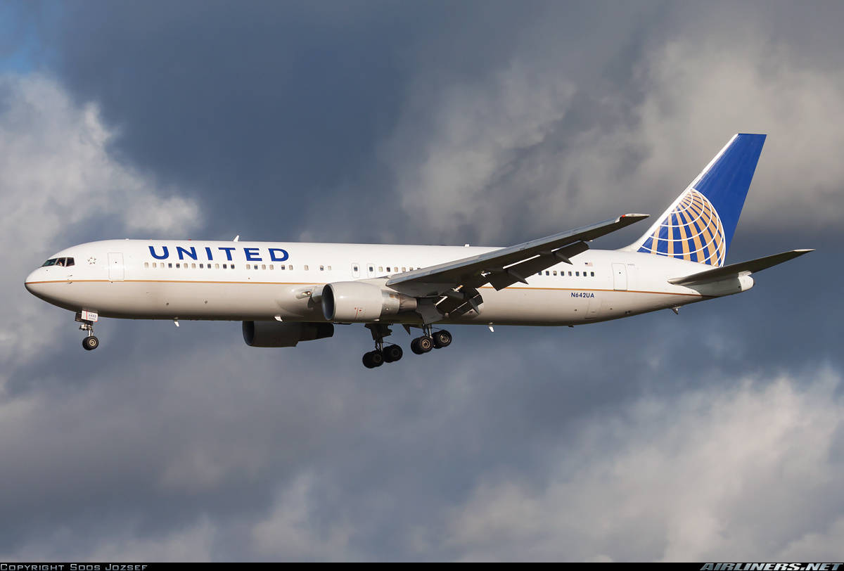 United Airlines Boeing 767-322(ER) has fuel problems