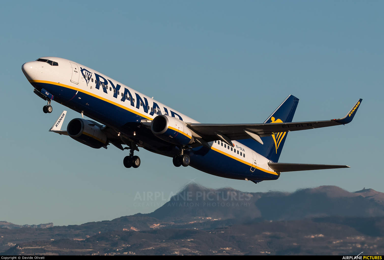 Ryanair lower checked luggage fees