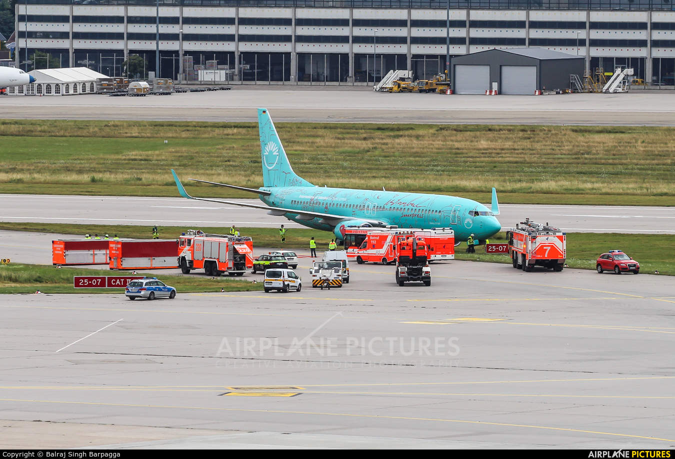 SunExpress Germany Boeing 737-8HX(WL) ends up in grass