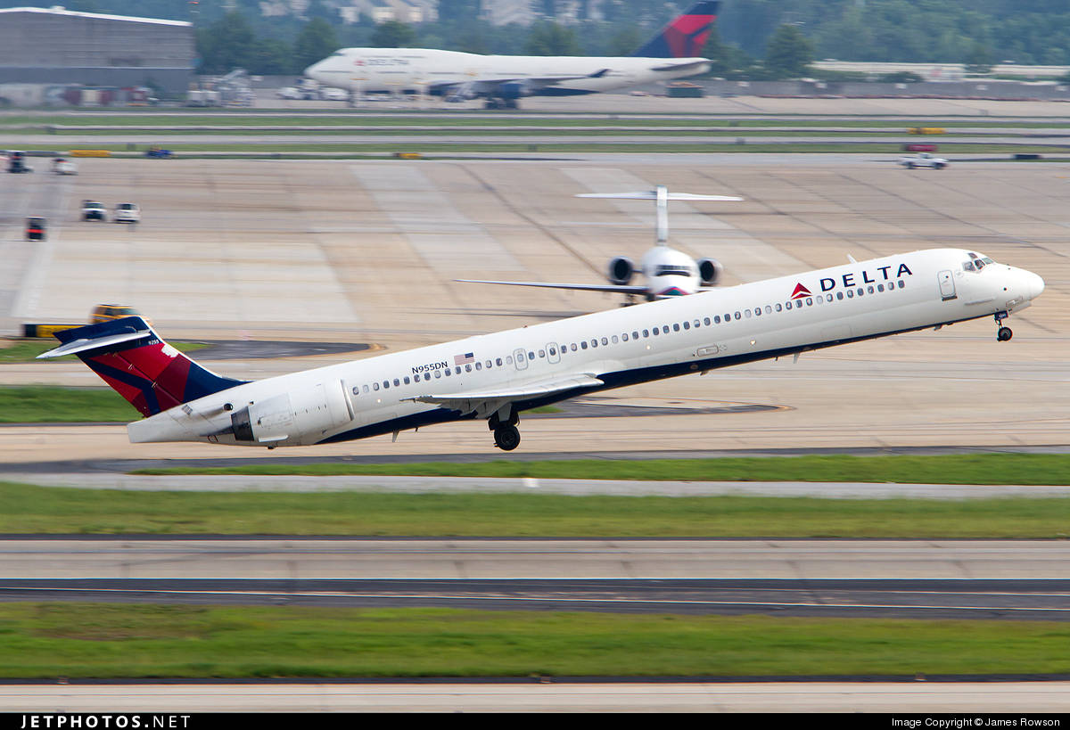 9 passengers taken to hospital after contaminated air enters Delta Air Lines MD-90-30 cabin