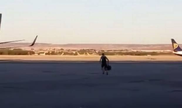 Ryanair passengers try to catch missed flight in a unique way…