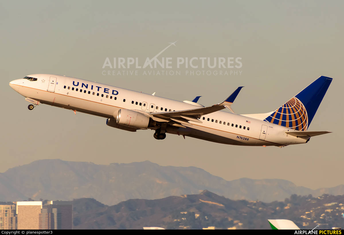 Pakistani passengers force women to change seats on domestic United Airlines flight