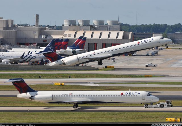 N915DN of Delta Air Lines suffers bird strike during approach into Tampa